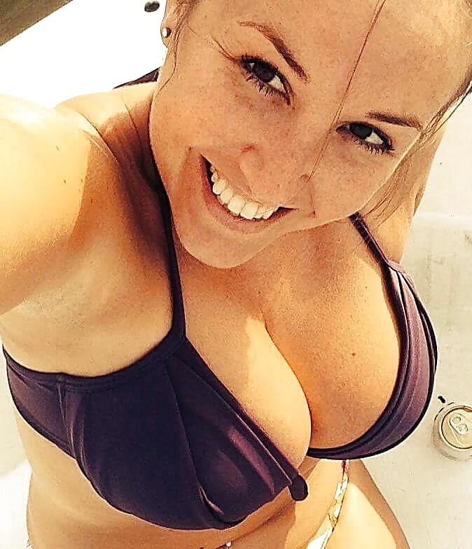 Geiles Mädel macht Urlaub im Bikini.