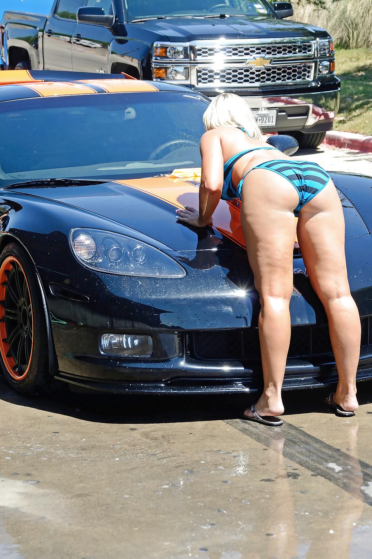 Geile Blondine wäscht die Autos.