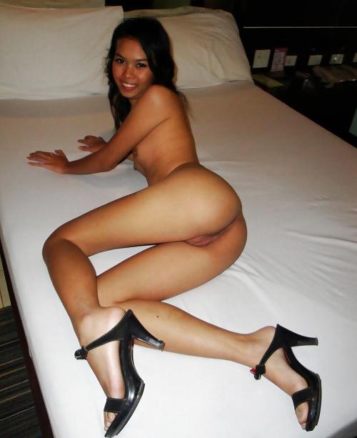 Die junge asiatische Dirne ist wunderbar und nackt im Hotel am Morgen.