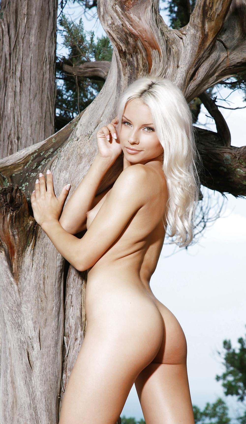 Die blonde Muschi porsiert keine Kleidung.