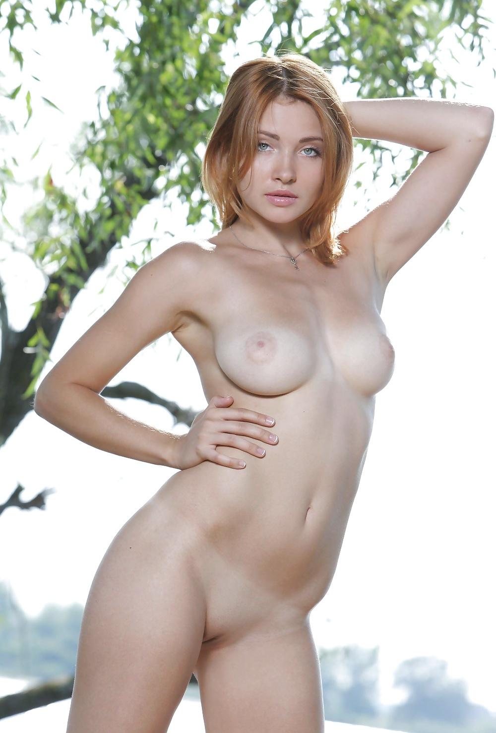 Hübsche bare Mädels in gratis Bildern