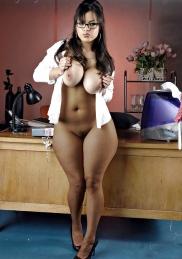 Grosserer Körper hat dicke Titten.