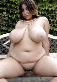 Haarige Fotzen und dicke Titten hat die nackte Schlampe.