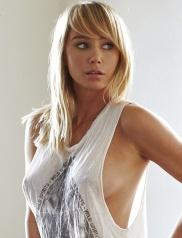 Die blonde Saras Titten ist hinten dem T-schirt zu sehen.
